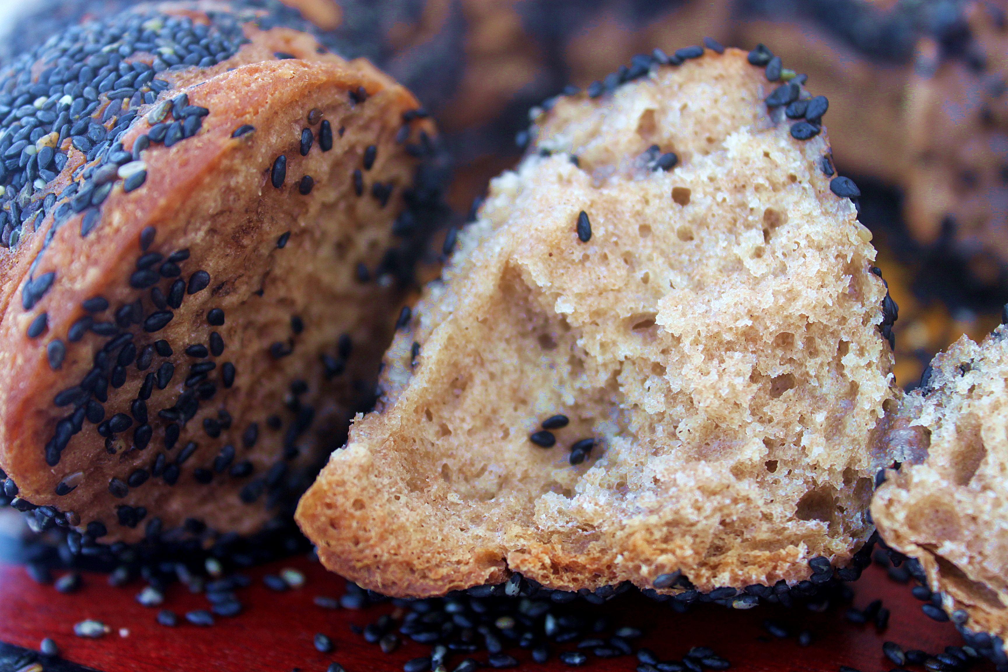 לחם כוסמין ללא שמרים בתוספת שומשום שחור