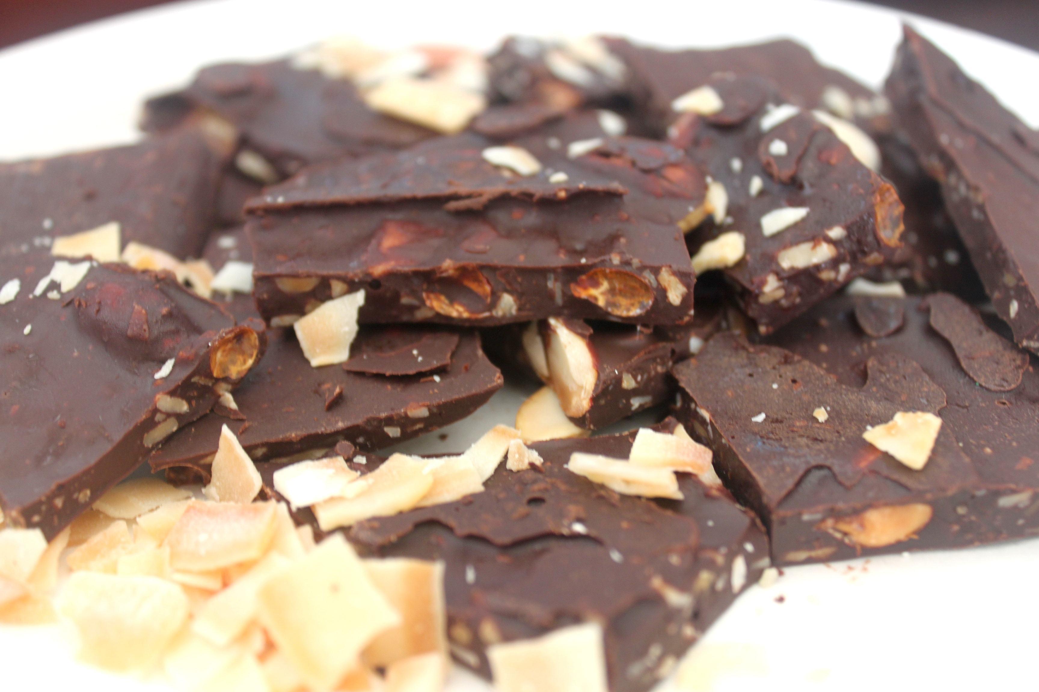 שוקולד טבעוני עם בוטנים ושבבי קוקוס