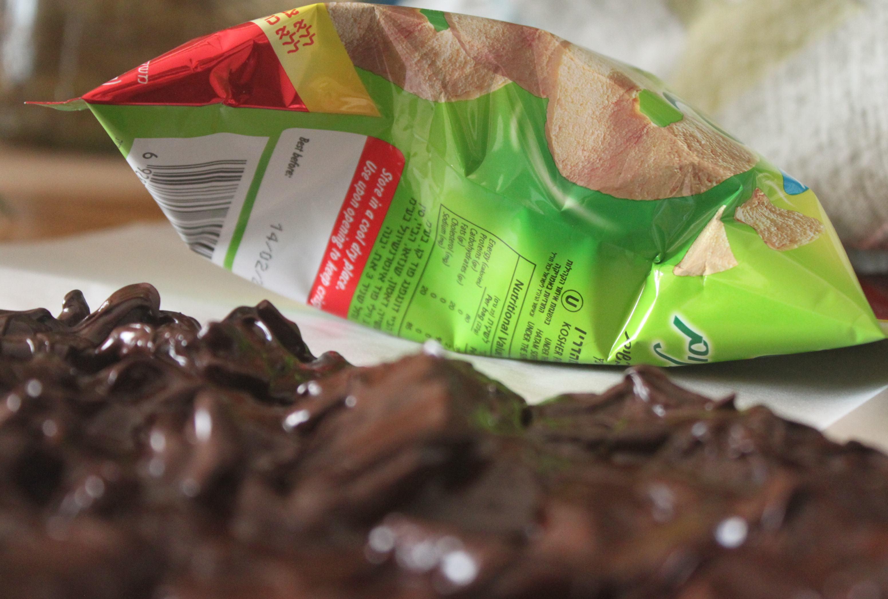 שוקולד מריר טבעןוני עם תפוחי עץ