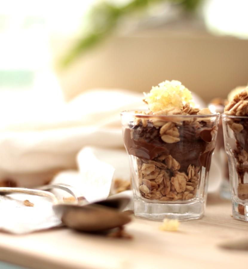 כוסות מוס שוקולד וגרנולה בתפזורת